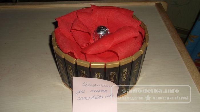 Торт из шоколадки. Оригинальные подарки всегда привлекают к себе всеобщее внимание. Они дополнительно подчеркивают твоческие наклонности и позитивное отношение их автора к жизни .