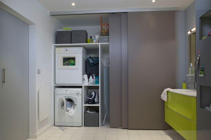pouss s c t douche les trois panneaux coulissants d gagent le coin buanderie sur le mur de. Black Bedroom Furniture Sets. Home Design Ideas