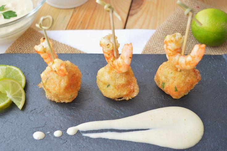Croquetas de patata y bacalao con alioli y langostinos