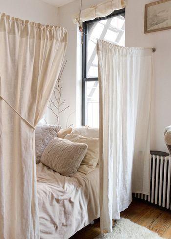 ベッドスペースをカーテンで間仕切れば、一気に特別な空間に♪