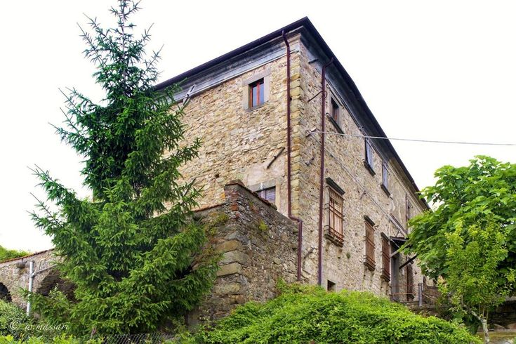 11-bedroom home in Tuscany to restore Ref: CAS0071, Filattiera, Tuscany. Italian holiday homes and investment property for sale.