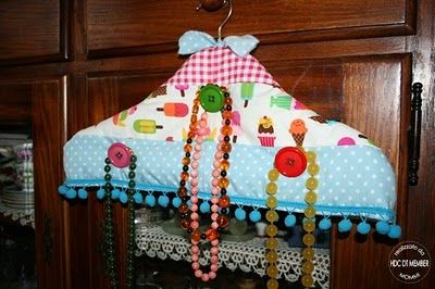 Covered Hanger -- Hold Your Necklaces!!   Hobby di Carta - Il blog: COME SI FA