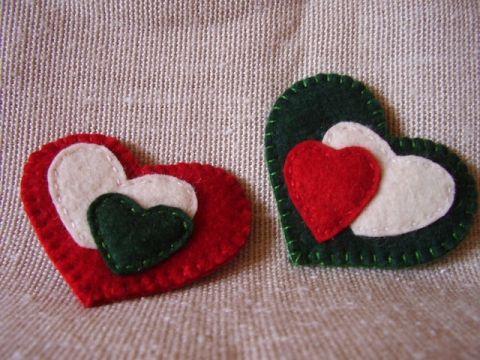 Kokárda Szív, Ékszer, óra, Képzőművészet , Bross, kitűző, Textil, Hímzés, Varrás, Hagyományos kokárda helyett!!! Virág, szív vagy bagoly? Kinek mi tetszik! Gyapjúfilcből készült, ké..., Meska
