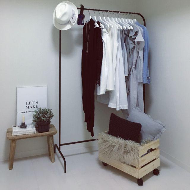 uniuniさんの、ベッド周り,IKEA,ハンガーラック,クッション,スツール,洋服収納,みせる収納,モノトーン,ZARA HOME,ウッドボックス,カメラマークが出たので,ラスティック,ウッドボックスリメイク,A型です。笑,のお部屋写真