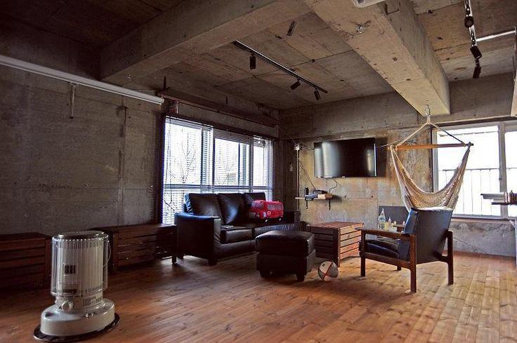 インダストリアルなブルックリンのスタジオをイメージした室内。東京の隠れ家をテーマとしアーバンヴィラ風定額制リノベーション。都心に住みながら海外の雰囲気があじわえるようにコンクリートをあえて打ちっぱなしにして、オープンウォークインクローゼット、無垢材のフローリング、オリジナルキッチン、ブロックタイル、などのアクセントを加えました。 ブラインドから家具、アート、照明、ハンモックなどインテリア全てをワンパックで弊社がご提案。リノベーション空間にマッチしたインテリアをコストパフォーマンスよく揃えることのできた好例となりました。 専門家:建築商売が手掛けたマンションリノベーション・リフォーム住宅事例:O様邸 定額制リノベーション アーバンヴィラ風のページ。新築戸建、リフォーム、リノベーションの事例多数、SUVACO(スバコ)