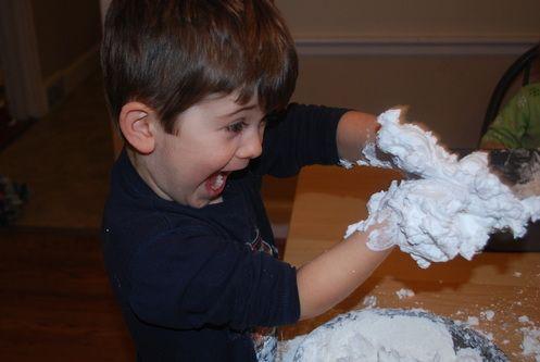 Sneeuwballen thuis: nodig:1 kilo maïzena, 1 blikje scheerschuim, grote plastic bak of bakplaat.Giet de maïzena in de bak.Voeg de scheerschuim toe en meng samen met uw handen of een grote lepel.   Hoe meer u de ingrediënten mengt, hoe het meer op sneeuw zal lijken. Houdt een natte doek dicht in de buurt om eea schoon te houden. Plaats een oude blad of plastic doek op de grond.     Deze activiteit is boven alles een zintuiglijke ervaring.