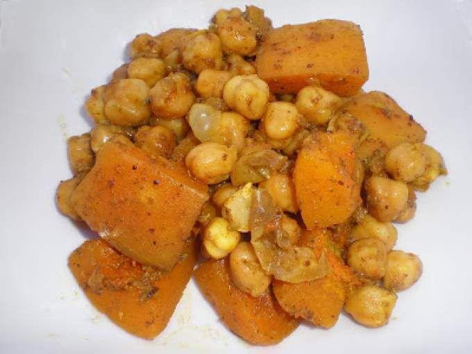 Un curry vegetariano. Es un plato fácil aunque complicado por las especias que lleva. Pero si te gusta cocinar comida india te compensa comprarlas. - Receta Entrante : Curry bengalí de calabaza y garbanzos por La_Cocinera_Novata
