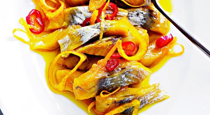 Recept på saffranssill med apelsin och chili. Saffran och apelsin ger fin färg och smak till sillen.