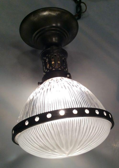 Unieke antieke Franse koperen lamp met sierglas – ca 1900 Verkeert in goede, werkende staat Uniek vormgegeven Franse lamp. Het glas geeft schittereffecten rondom. Aan de onderzijde een glas met een prachtig veelvoudige ster-decoratie De lamphouder en onderste glashouder zijn van koper. Ze hebben een mooi oud patine.  Voor de liefhebber van glanzend koper, kan de lamp natuurlijk ook gepoetst worden. Aan de lamp nog de originele oude koperen ketting en plafondhouder/ Maat: Lamp hoog 30 cm ...