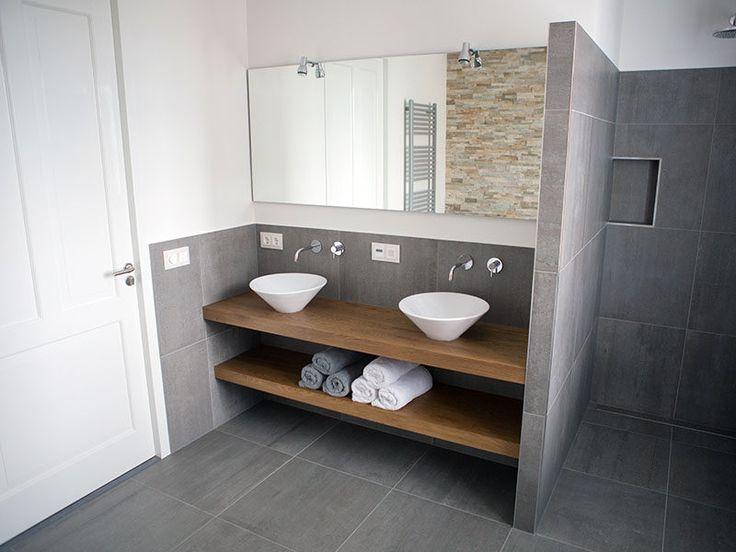Cuarto de baño Ideas de Diseño - Abrir estante debajo de la encimera // Este baño predominantemente cubiertos de baldosas de piedra, pero se calienta con el contador de la madera y la plataforma que le dan un aspecto moderno y atractivo.