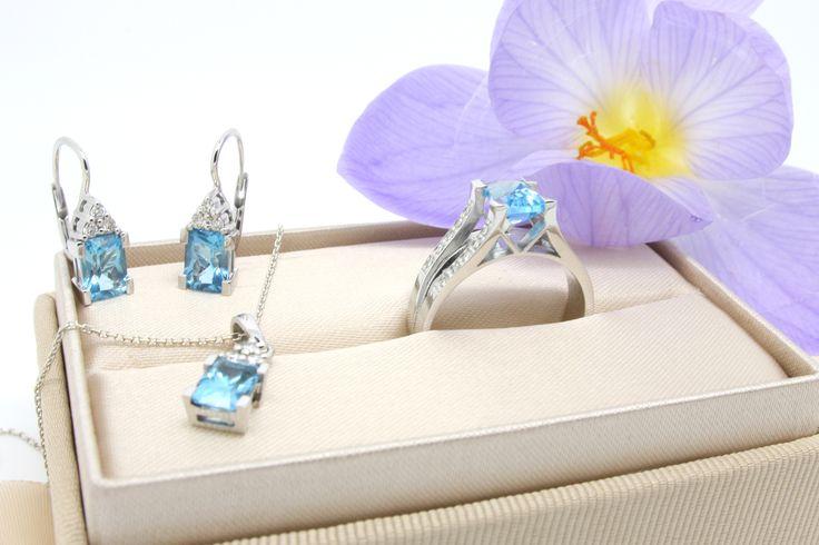 Tento překrásný set prstenu, náušnic a přívěsku, doplněný topazy a oslnivými brilianty, jsme vyrobili dle představy našich zákazníků.  #jewel #earrings #pendant #ring #gold #topaz #diamonds #sperk #nausnice #privesek #zlato #diamanty
