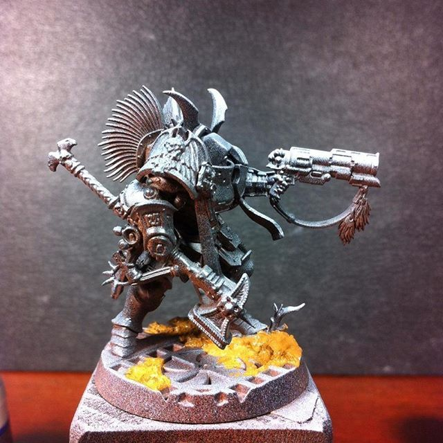 """Heres how all my Black Phallanx miniatures start their life as painted pieces of plastic... The reddish brown """"reflections"""" you can see is actually the first basecoat with Army Painter Leather Brown,..on top of that comes GW Chaos Black, then Stormvermin fur and Skull White as a zenithial highlight... Mustard brown stuff on the base is Vallejo texture paint/earth effect... Before applying the first colours in thin layers, there wil be a drybrush of the whole model with Celestra Grey…"""
