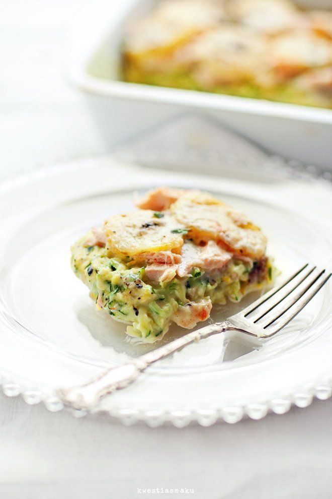 Zapiekanka z łososiem, tartą cukinią i plasterkami ziemniaków