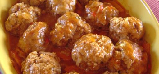 """In olijfolie gebakken kleine gehaktballetjes (""""albóndigas""""). Worden gedraaid uit runder- en varkensgehakt en bevatten verder peterselie, knoflook, scheutje witte wijn en nootmuskaat. Balletjes worden afgemaakt in saus van tomaten en saffraan.    Wordt geserveerd met in de oven gegratineerde aardappelpuree en frisse groene salade. Vandaag af te halen in Amsterdam."""