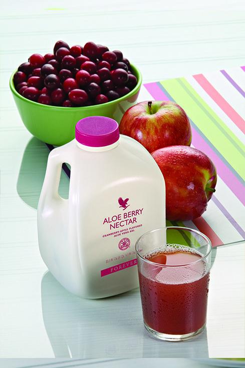 Forever Aloe Berry Nectar. Abbiamo aggiunto all'Aloe Vera Gel i delicati gusti dei succhi concentrati di mela e di mirtillo, ricchi di antiossidanti, per ottenere una bevanda che piacerà a tutta la famiglia. Il succo di mirtillo contiene alti livelli di vitamina C ed è tradizionalmente impiegato per dare benefici all'apparato urinario. Contenuto 1 Litro (art. 34)