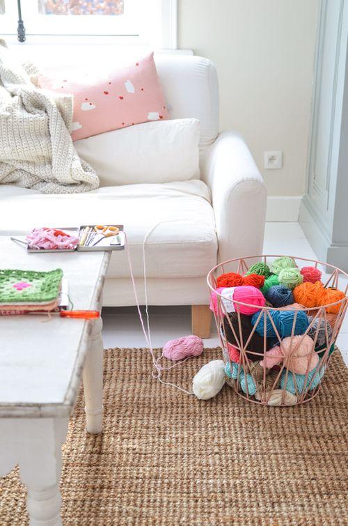 Vit klädsel till soffan och ny matta från Ikea