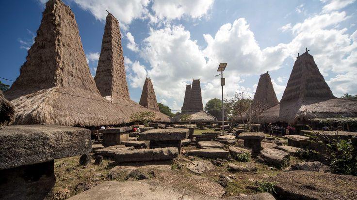 Perkampungan Adat yang masi di jaga di gunakan sampai saat ini dengan kuburan Megalitikum pada sosisi depan rumah
