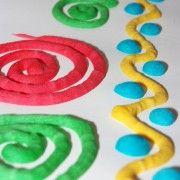 Peinture gonflante au micro-onde 15s à 800w- 3c.às farine/1càc levure/3càs sel/5à6 cuill à s eau/colorant