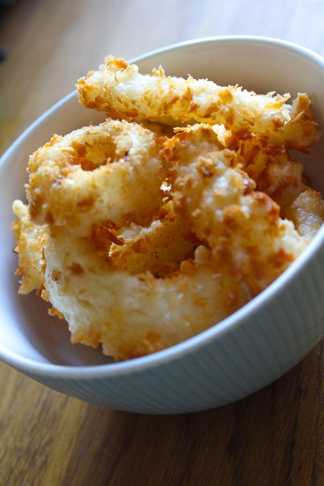 Makkelijk om te maken en superlekker: gefrituurde uienringen. Mijn versie maak ik met panko (Japans broodkruim) dat de onion rings extra krokant maakt.