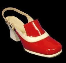 passende schoenen bij de rode jurk.