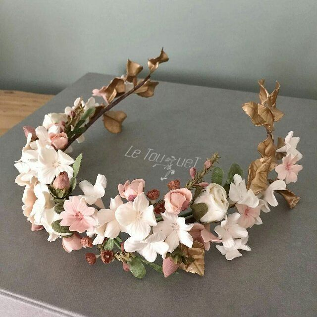 This floral headpiece by @tocadosletouquet is exquisite #bridalaccessories…                                                                                                                                                                                 Más