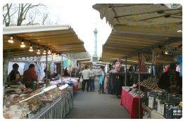 """Boulevard Richard-Lenoir  11º arrondissment (tra l'Île de la  Cité e il cimitero Père Lachaise)  Metro: Richard Lenoir  Ogni quartiere parigino ha una sua """"Marché volant""""  (mercato ambulante), dove centinaia di bancarelle di prodotti alimentari  sembrano quasi spuntare magicamente in una strada per una o due mattine alla  settimana. Il mercato è aperto solo due volte a settimana ed è dotato di tutto  ciò che si può immaginare: frutta e verdura, carne secca e spezie, articoli di ..."""