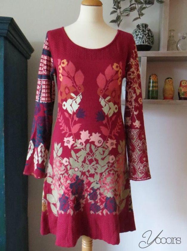 KOOI KNITWEAR jruk, maat M -- Aangeboden door yooors.nl. -------------------------------------- Donkerrode Kooi Knitwear jurk van 100% katoen. De vrolijke print op de jurk is asymmetrisch. Draagt heerlijk!