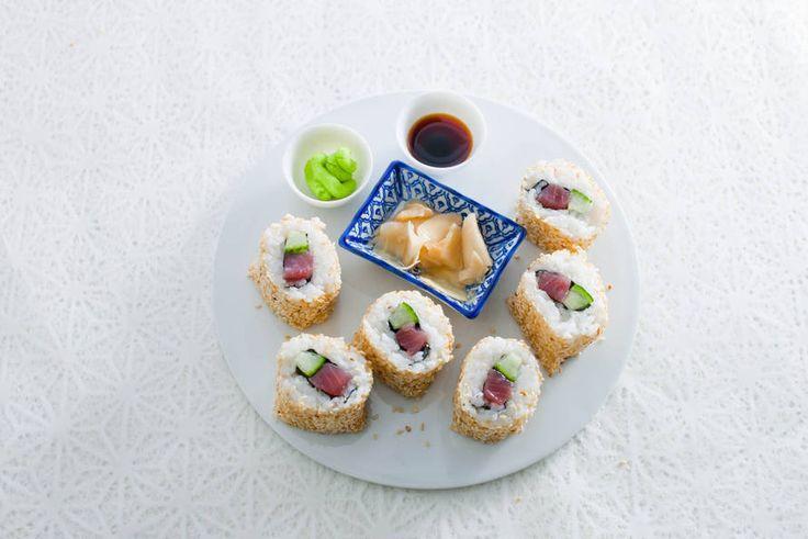 Kook op z'n Japans en maak je eigen sushi met tonijn en komkommer. Leuk om te maken én lekker! - Recept - Allerhande