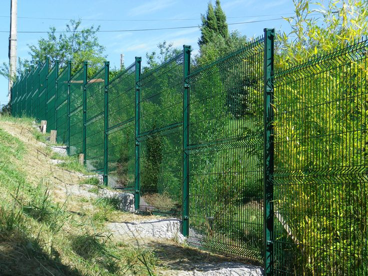 clôture rigide en pente