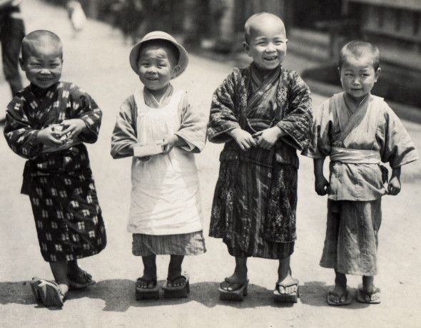 "着物で楽しみ。When children's wear still meant ""kimono"" in Meiji-Japan..."