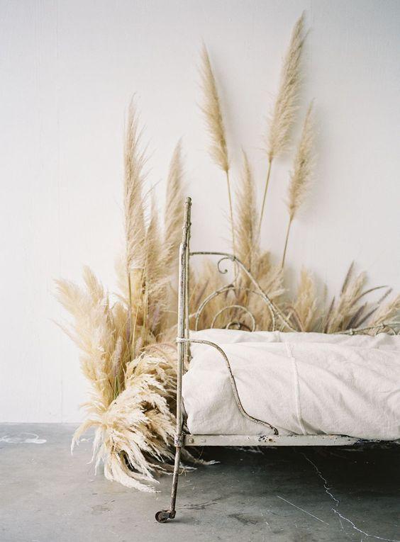 stunning vintage bed & Pampas Grass....?..<3