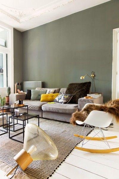 parquet blanc + mur coloré + plafond blanc