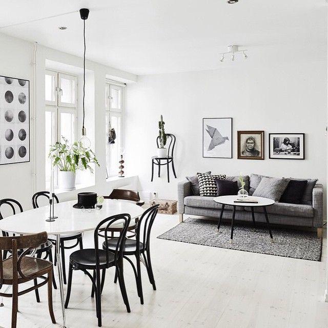 """""""NYTT BLOGGINLÄGG, LINK IN BIO! Snyggt stylad etagetrea till salu hos @entrancemakleri. Stylad av @ostlinghschedin. #scandinavianhomes #home #homedecor…"""""""