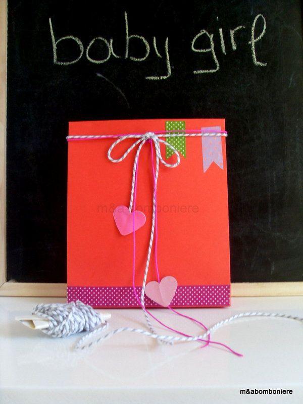 Κόκκινο σακουλάκι με ροζ χάρτινες καρδούλες, φούξια και δίχρωμο κορδονάκι και πουά washi tape. Τιμή: 1,50 ευρώ.