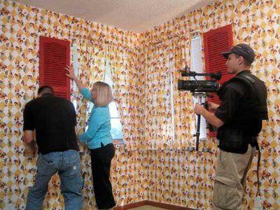 aplicando tecido em paredes usando amido de milho