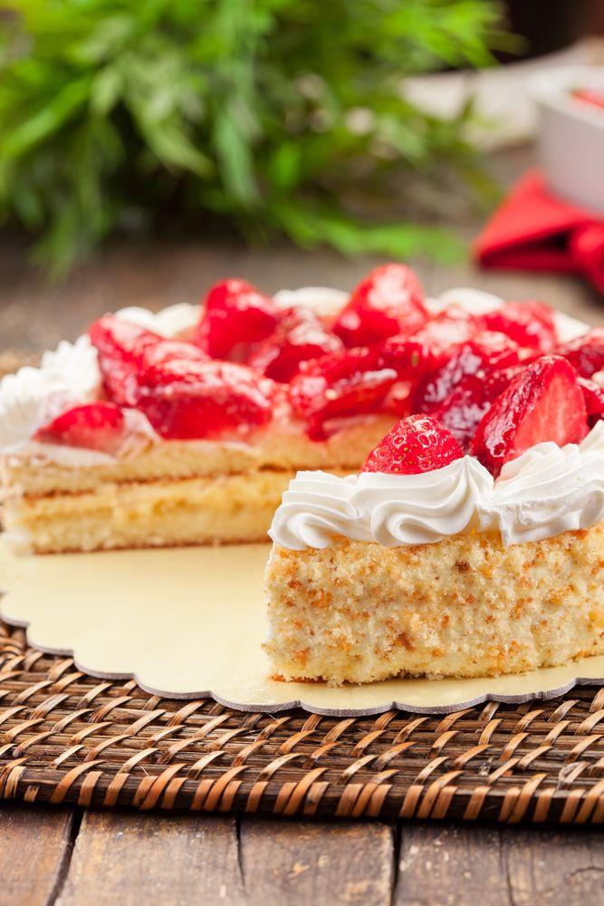 Slagroomtaart is makkelijk zelf te maken met dit recept. Er zijn vele varianten van slagroomtaart, bijvoorbeeld met fruit (aardbeien, frambozen, kiwi, etc.), maar de basis is vaak hetzelfde: Een slagroomtaart met basis taartbodem, die je daarna naar wens verder kunt versieren. Wil je zelf slagroomtaart maken? Volg dan dit Taarten Maken.nl recept. Slagroomtaart ingrediënten en benodigdheden 4 …