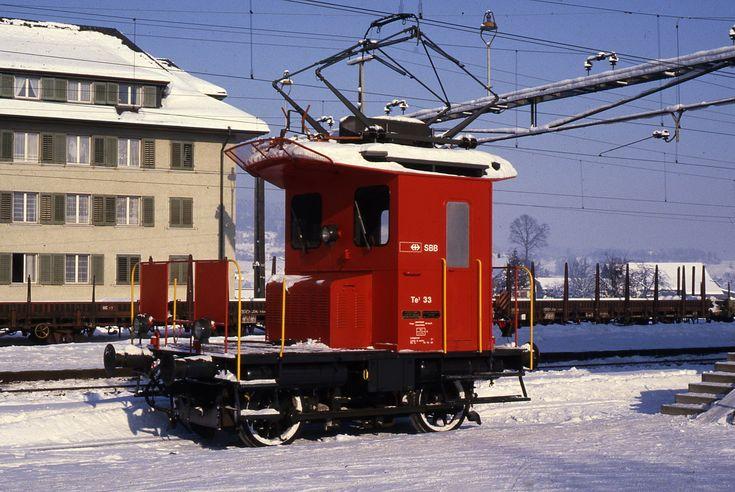 Ein Ausnahmefall war der TeI 33, dem ich in frisch revidiertem Zustand mit roter SBB-Neulackierung am 9. Januar 1985 bei herrlichstem Winterwetter in der verschneiten Station Siebnen-Wangen begegnete.