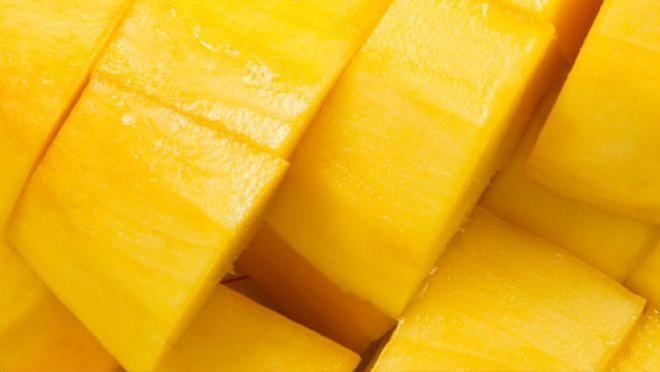 n de ui. Snijd de peper in dunne ringen. Schil de gember en snijd de gember fijn. Voeg de peper en gember toe aan de mango en laat circa 30 minuten op laag...