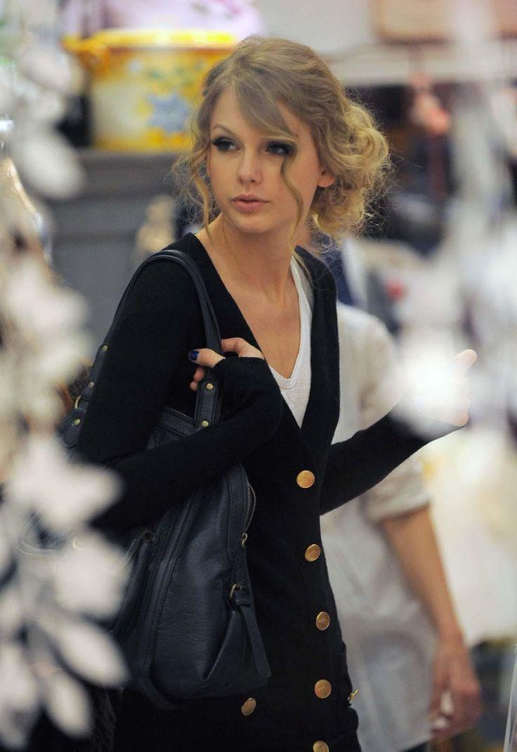 Resultados da Pesquisa de imagens do Google para http://getlyrics.org/wp-content/uploads/2012/04/Michael-Jackson-and-Taylor-Swift-Shine-At-American-Music-Awards.jpeg
