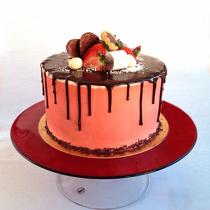 Dort, který překvapí vás jemným chutí. Červený samet - dokonalá kombinace chuť a vůni, vlhké piškotový #dort a dortový krém, aby to opravdu památná jedna. Vrch dortu je zdoben s #čokoládou a čerstvými jahodami, souhlasíte - to je perfektní kombinací.