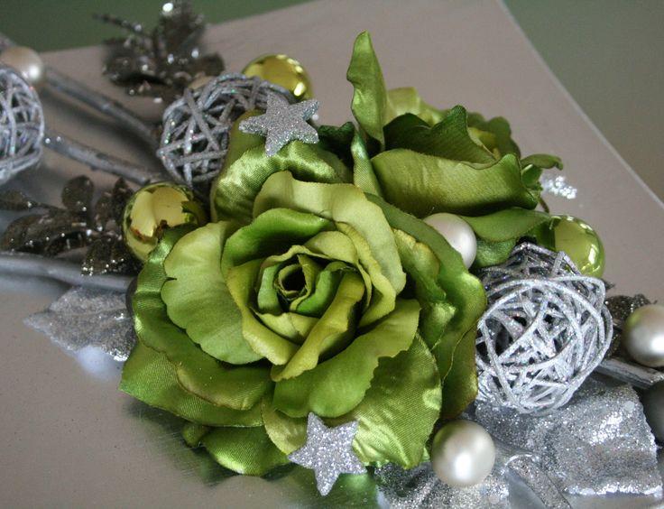Vánoční talíř s růžemi de Luxe Luxusní vánoční dekorace, která dokonale doladí Váš vánoční interiér. Stříbrný tác zdobený luxusními vánočními růžemi, ratanovými kouličkami, skleněnými kouličkami, hvězdičkam a větvičkami. Velikost- výška cca9 cm, šířka cca35 x28cm. V tomto barevném provedení pouze jeden kus!!!