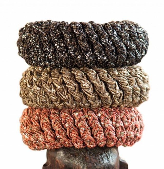 Sverger du til den bohemaktige stilen er disse armringene noe for deg. De er heklet med dobbelt garn, og såpass enkle at nybegynnere innen heklekunsten også kan klare å lage dem..