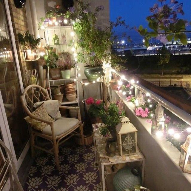 Llegaron las noches de patio y terraza! Aunque tengas una mini terraza, puedes disfrutarla las calurosas noches de verano! #verano #nochesdeverano #terrazaspequeñas #estrellas #deco #lucesdeexterior #dulcessueños