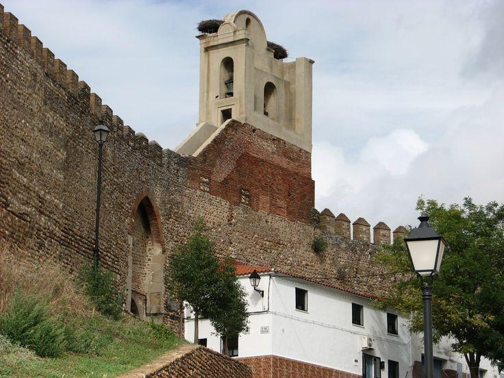 La Puerta de Santa María en la magnífica Muralla de Cantos Rodados de Galisteo. Una de las tres que posee esta obra almohade del siglo XI. La cuarta puerta será la que accede a la Picota (la torre del homenaje), en proceso de expropiación.
