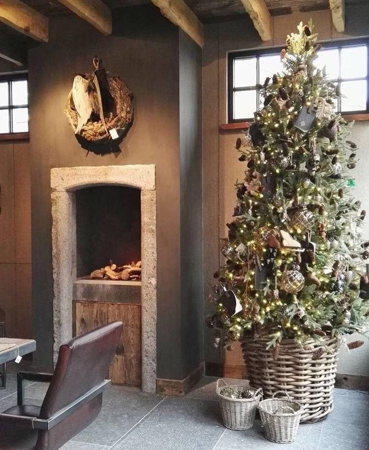 Rustieke kerstboom in rieten mand