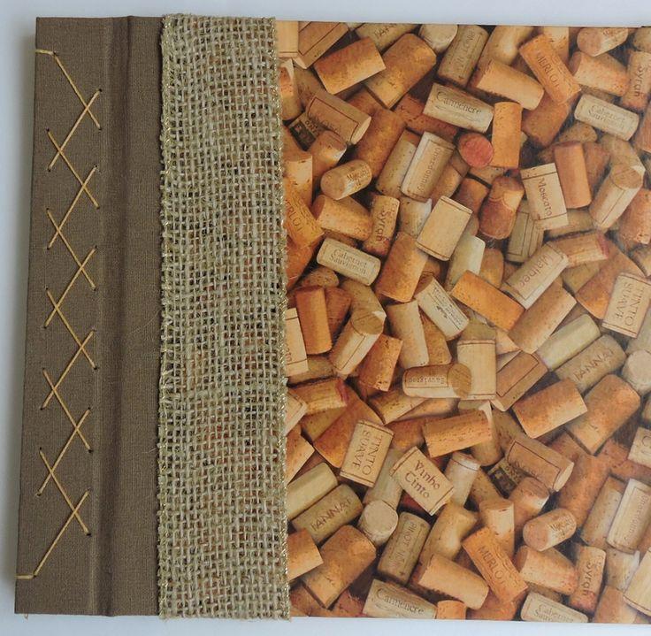 Caderno para degustação de vinhos, miolo com fichas impressas para avaliação de vários quesitos e colagem de rótulos