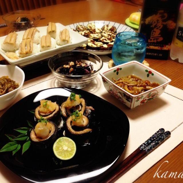 先日作ったなおちゃんの茄子マヨ、一つしか食べられなかったから、今夜は倍量作って、たくさんいただきました(o^^o)/ 美味しかった!ごちそうさま(^人^) 金曜日はお魚の日ということで、秋刀魚を3枚におろして、大葉を巻いておろしポン酢でいただきました(^ ^)/食べやすくて、美味しい〜(≧∇≦)でも、巻くのちょっとてこずってしまった(^^;; 大好きな穴子を煮穴子にして、穴子寿司!不恰好だけど、美味しいよ(^ー゜)  *茄子マヨ *秋刀魚大葉ロールおろしポン酢かけ *穴子寿司 *ヒジキ大豆サラダ  胡桃入り *数の子の松前漬け *なめこの炊いたん *黒霧島 - 65件のもぐもぐ - なおさんの料理 茄子嫌いな娘が好きな茄子マヨ♪秋刀魚ロール穴子寿司も〜(๑´ڡ`๑)☆ by kamasann