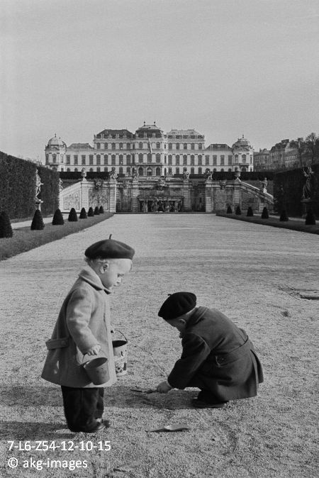 7-L6-Z54-12-10-15 Children playing in the public gardens of Belvedere Palace, Vienna, 1954 akg-images / Erich Lessing