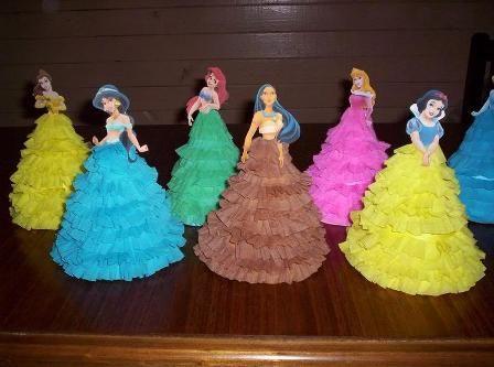 ¿Buscas un souvenir bonito para la fiesta de cumpleaños de tu niña? Elige crear estos vestidos de las princesas de Disney con papel crepe.