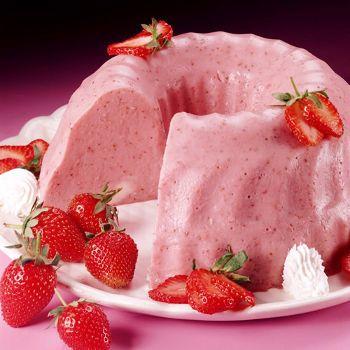 1lata de leche condensada  1 lata de leche evaporada  1 taza de crema dulce  4 sobres de gelatina sin sabor  1/2 taza agua caliente  En un bowl, mezclar la leche condensada, leche evaporada y crema dulce.  Disolver la gelatina sin sabor en el tercio de agua caliente.  Y añadirla  a la mezcla, agregar las fresas, mezclar y poner en un molde, refrigerar. Preferiblemente hacerlo  un día antes de servirlo.